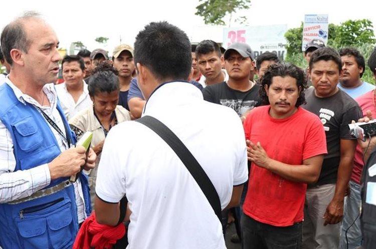 Delegado de PDH dialoga con los pilotos para que liberen la ruta. (Foto Prensa Libre: Cristian Soto)