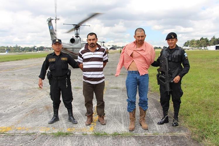 José Peña Pompa –camisa rayada– y Wilber Humberto Anavizca Pérez –camisa rosada– cuando fueron capturados luego de un operativo en Izabal. (Foto Prensa Libre: Hemeroteca PL)