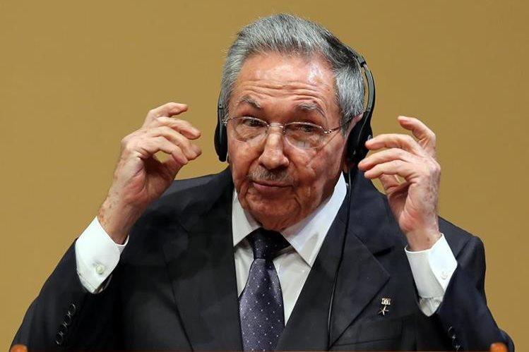 Raúl Castro, presidente de Cuba, se molesta al ser cuestionado por los presos políticos de su país. (Foto Prensa Libre: EFE).