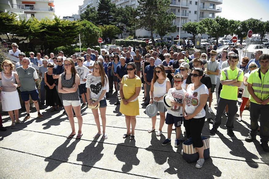 Ciudadanos franceses guardan un minuto de silencio por la muerte de las 84 personas en Niza. (Foto Prensa Libre: AFP).