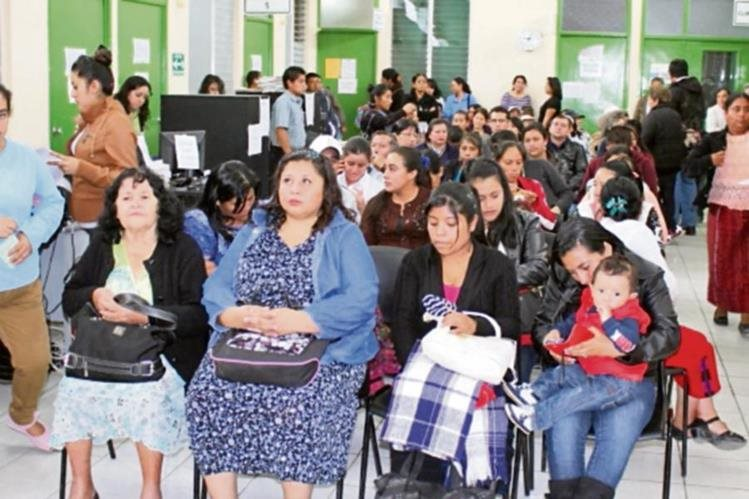 Afiliados esperan  ser atendidos en hospital de Quiché.