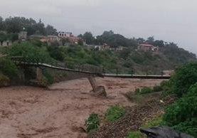 La columna central del puente Tuc Tuc, en Panajachel, Sololá, fue dañada por correntadas del río San Francisco y la extracción de arena para construcción. (Foto Prensa Libre: Ángel Julajuj)