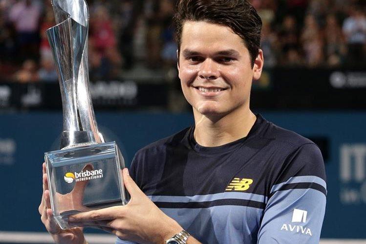 Raonic sonríe tras conseguir su trofeo en Brisbane. (Foto Prensa Libre: AP)