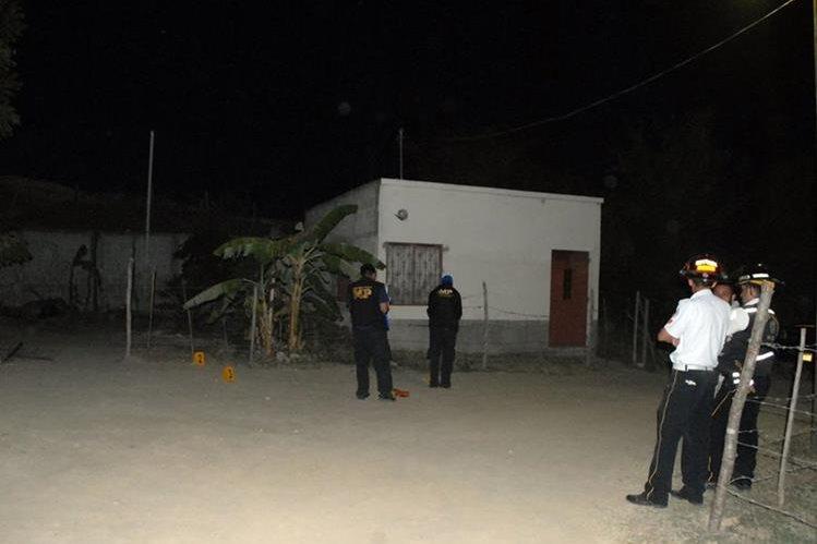 Peritos del Ministerio Público recaban evidencias en vivienda donde cuatro hombres murieron, en Guastatoya. (Foto Prensa Libre: Hugo Oliva)