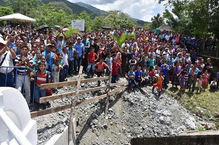 Al menos 10 mil pobladores de 15 comunidades de El Estor, Izabal, fueron beneficiados con el puente. (Foto Prensa Libre: Dony Stewart)