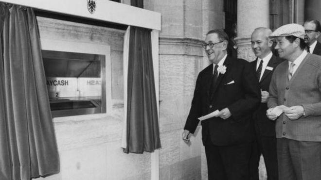 Cumple 50 años el cajero automático