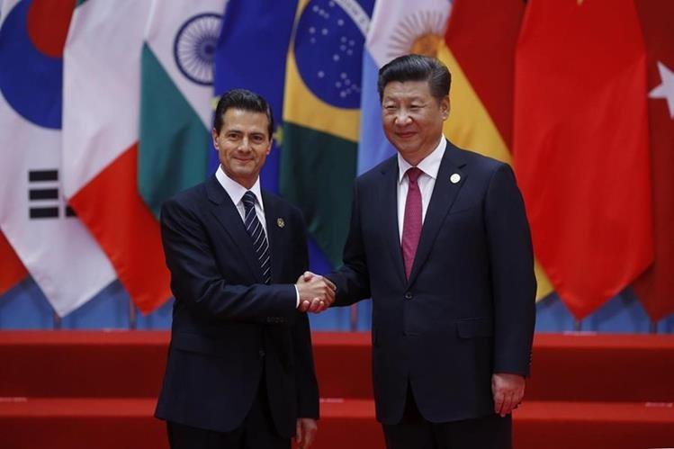 El presidente de México, Enrique Peña Nieto (i), saluda al presidente chino, Xi Jinping, al inicio de la cumbre del G20 que se celebra en Hangzhou (China) (Foto Prensa Libre: EFE)