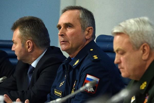 Sergéi Bainetov (C) asiste a una conferencia de prensa sobre el accidente aéreo.(AFP)
