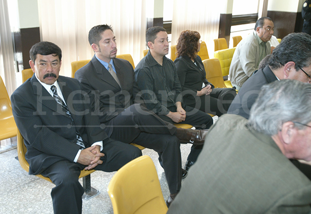Marco Tulio Abadío aparece con sus hijos Junior Vinicio y Byron René Abadío Carrillo durante el juicio en su contra en 2007. (Foto: Hemeroteca PL)