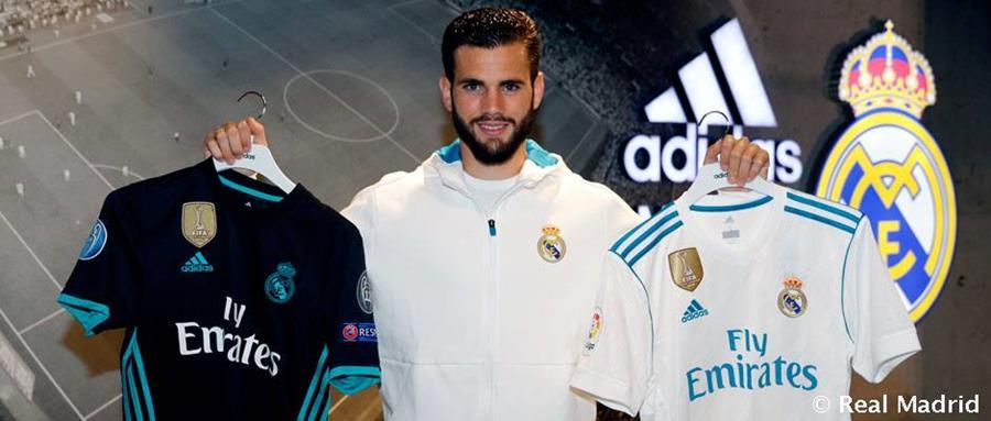 Nacho presume las dos nuevas pieles del bicampeón de Europa. (Twitter Real Madrid)