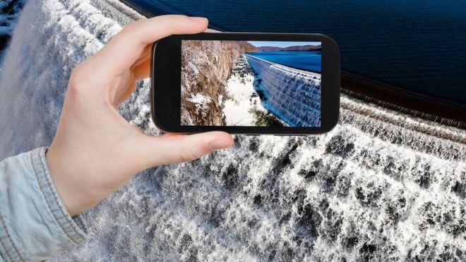 Descargar datos en tu celular inteligente requiere un gran gasto de agua. THINKSTOCK