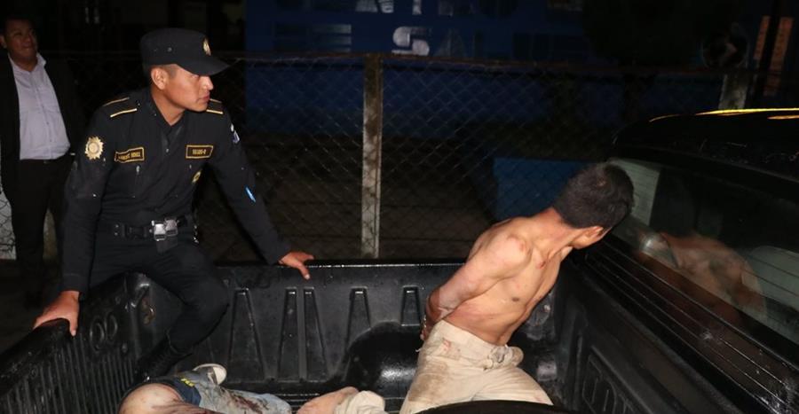 Los dos implicados en el crimen del menor fueron azotados y vapuleados por pobladores, luego de haber confesado. (Foto Prensa Libre: Héctor Cordero)