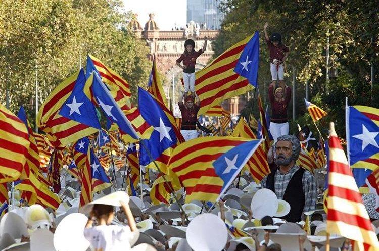 Protestas ciudadana a favor de la independencia de Cataluña. (Foto Prensa Libre: EFE)
