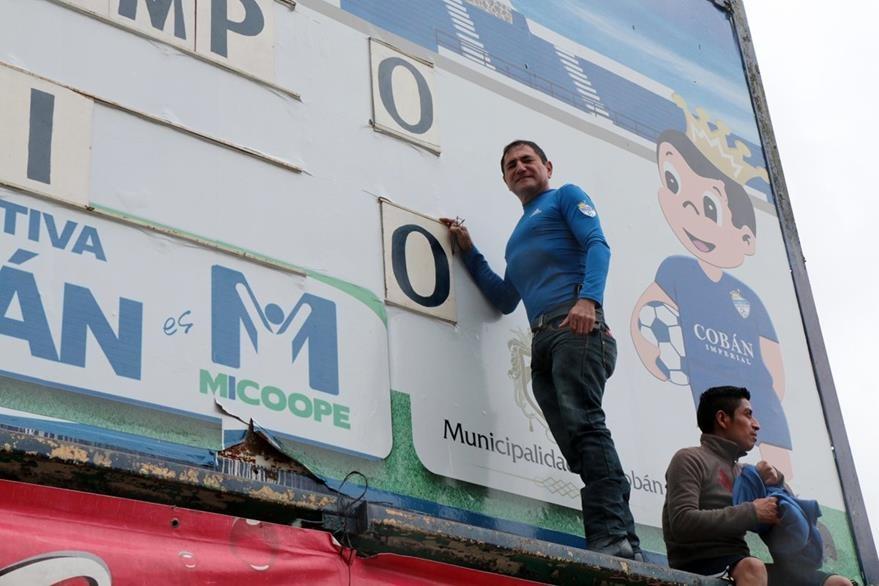 Aficionado Dany Reyes Laparra, encargado del marcador. (Foto Prensa Libre: Eduardo Sam Chun)
