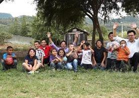 Óscar y Benjamín Gómez dieron a 12 niños la oportunidad de vivir la magia de la Navidad. (Foto Prensa Libre: Juan C. Rivera)