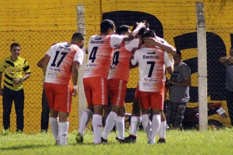 Los jugadores de Deportivo Mictlán festejan luego de la anotación de Sebastián Gularte. (Foto Prensa Libre: Hugo Oliva)