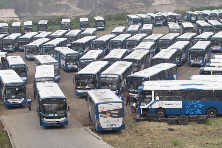 Decenas de autobuses del servicio de Transurbano permanecieron en predios el miércoles último, debido a un paro organizado por pilotos. (Foto HemerotecaPL)