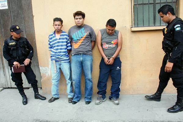 Los detenidos  son sindicados de asaltar autobuses en la  ruta Interamericana. (Foto Prensa Libre: Renato Melgar)
