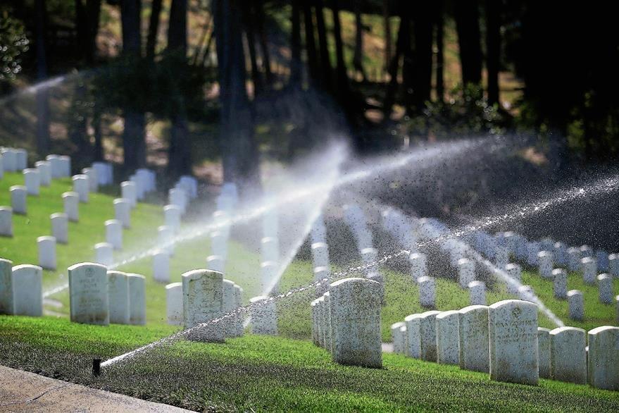 California endurece sus medidas de control del uso del agua e instan a sus habitantes a dejar que el pasto se seque.. (Foto Prensa Libre: AFP).