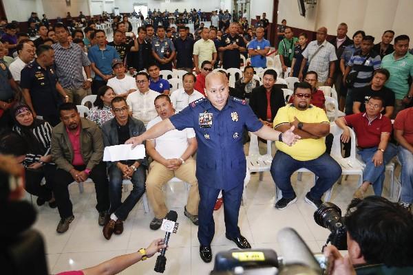 Ronald Dela Rosa (c) habla sobre la captura de varios narcotraficantes en Quezon,Filipinas.(EFE).
