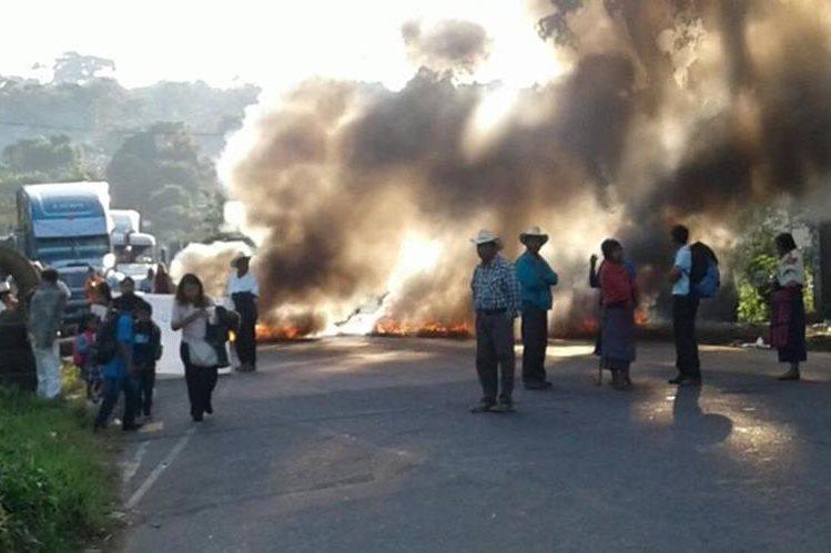 Ruta a suroccidente, en Colomba, Quetzaltenango, se encuentra bloqueada por campesinos. (Foto Prensa Libre: Alexánder Coyoy)