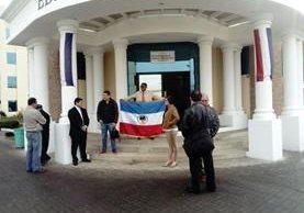 Socios llegan a la Junta de Mediación del Organismo Judicial para dialogar con los directivos. (Foto Prensa Libre: Raúl Juárez)