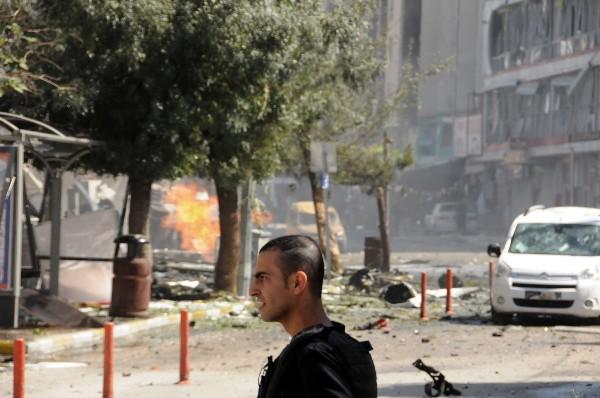 Un efectivo de seguridad está en la escena del atentado en la ciudad de Van,Turquía. (AP).
