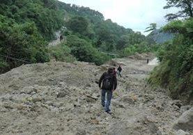 El cerro Lec vuelve a dejar incomunicados a los pobladores. (Foto Prensa Libre: Ángel Julajuj)