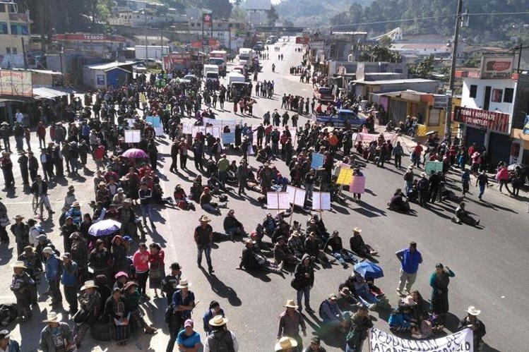 Protesta en el km 127 de la ruta Interamericana. (Foto Prensa Libre: Ángel Julajuj).
