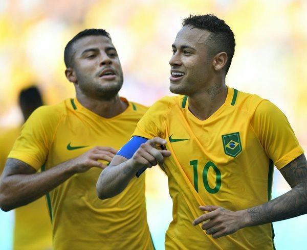 Neymar (10) guio este miércoles a la selección brasieña a la final del futbol olímpico en Río 2016 (Foto Prensa Libre: AFP)