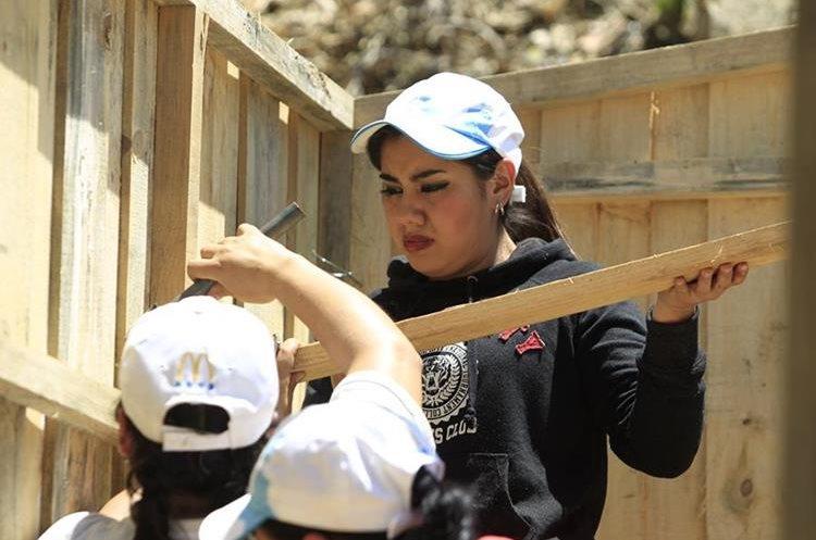 Voluntarios del movimiento Techo ayudan a construir una vivienda. (Foto Prensa Libre: Carlos Hernández)