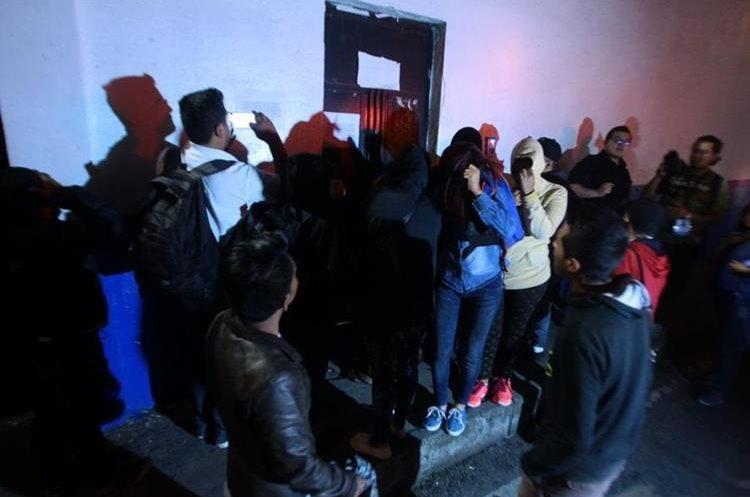 Familiares de internos llegaron a Las Gaviotas a pedir información. (Foto Prensa Libre: Álvaro Interiano).
