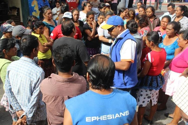 Vendedores protestan frente a la comuna de Jutiapa para evitar ser desalojados. (Foto Prensa Libre: Óscar González).
