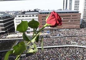 Masiva participación de personas en Estocolmo durante la manifestación de amor. (EFE).