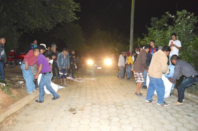 Vecinos de la aldea El Naranjo, Guastatoya, colaboraron con el traslado de los cuerpos sin vida de la pareja. (Foto Prensa Libre: Héctor Contreras)