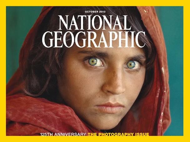 La mirada de la niña Sharbat Gula, de entonces 12 años, fue captada en 1984 por McCurry y ocupó la primera plana de la revista National Geographic el año siguiente. Esta imagen reflejó la guerra en Afganistán y puso rostro a las familias que huían del intento de ocupación soviética.(Foto Prensa Libre: Hemeroteca PL)