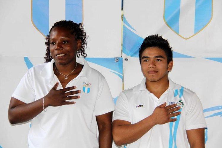 Mirla Nolberto y José Ramos durante su juramentación. (Foto Prensa Libre: Cortesía CDAG)