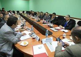 Autoridades del IGSS explican el proceso de compra de medicamentos a diputados en el salón de la bancada UNE. (Foto Prensa Libre: Esbin García)