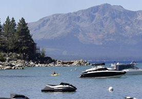 Fotografía del lago Tahoe en California del 2015 que muestra a unos deportistas en una competición. (Foto Prensa Libre: AP).