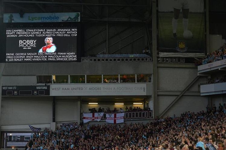 El West Ham hizo un homenaje a Bobby Moore antes de jugar su último partido en el Upton Park que cerró sus puertas después de 112 años. (Foto Prensa Libre:AFP)
