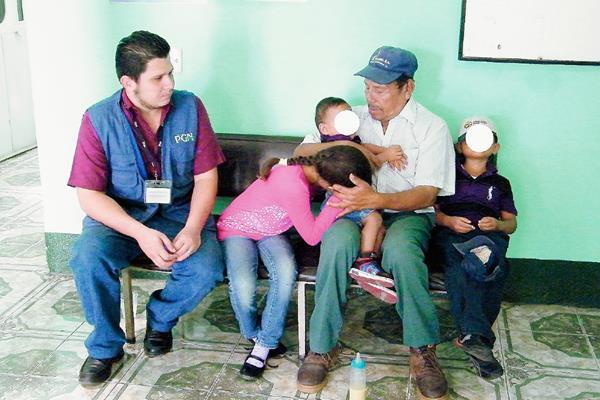 Los tres niños rescatados por la PGN se despiden de su abuelo, Félix Calixto Girón, quien indicó que no puede mantenerlos. (Foto Prensa Libre: Héctor Contreras)