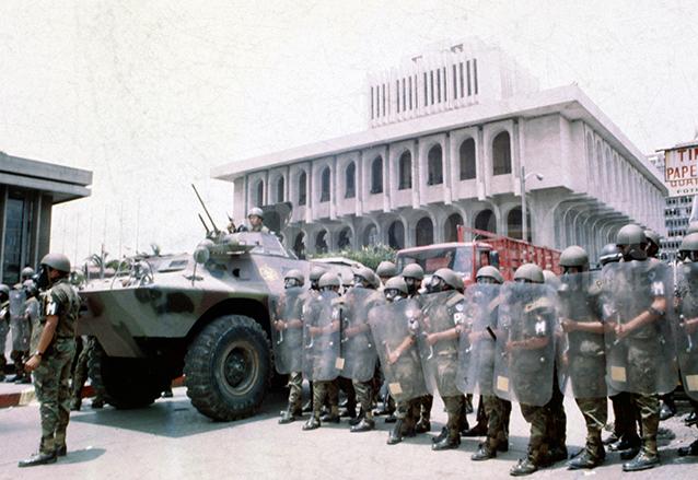 La Corte Suprema de Justicia fue disuelta por Serrano en 1993. El Ejército rodea el Palacio de Justicia durante el golpe de Estado.  (Foto: Hemeroteca PL)