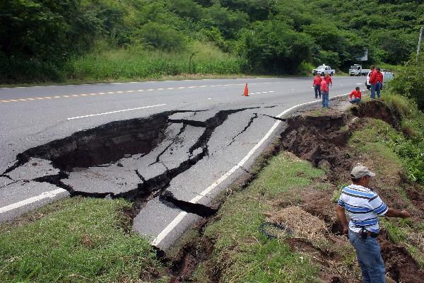 Vista del  tramo, de  unos 10 metros, que se hundió, en     Guastatoya, El Progreso.