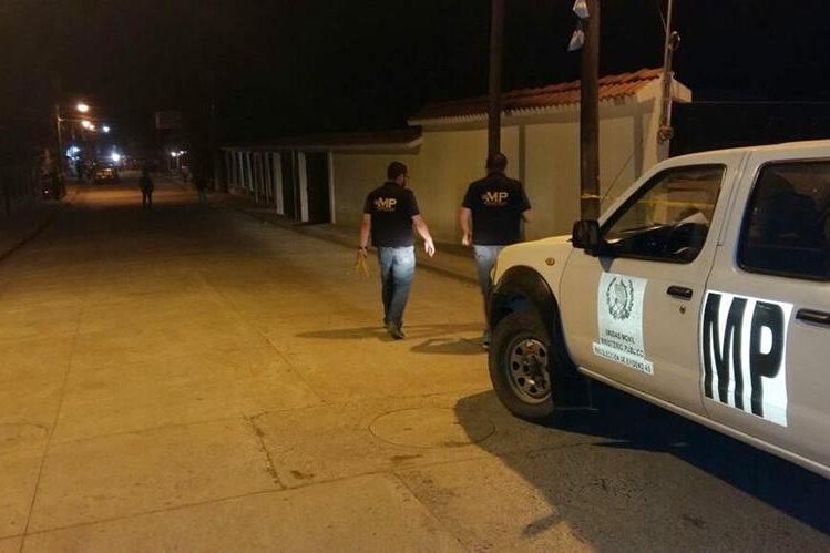 Peritos del Ministerio Público recaban evidencias en la colonia San Agustín, Santo Tomás de Castilla, donde una mujer fue atacada a balazos. (Foto Prensa Libre: Dony Stewart)