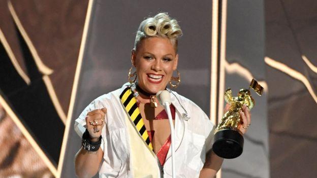 La cantante Pink recibió el premio Michael Jackson como reconocimiento a su carrera. (GETTY IMAGES)