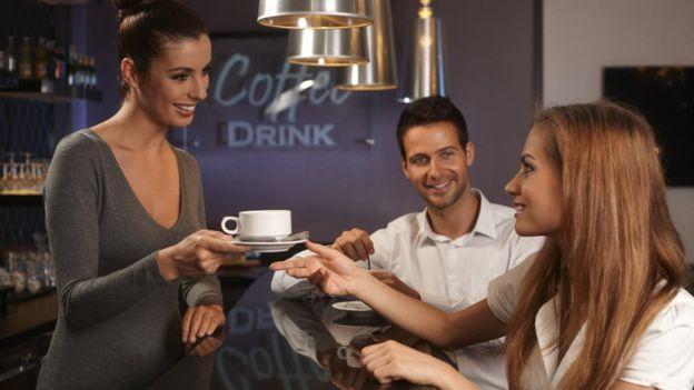 Hay gente que dice poder tomar una taza de café en la noche sin afectar su sueño. (GETTY IMAGES)