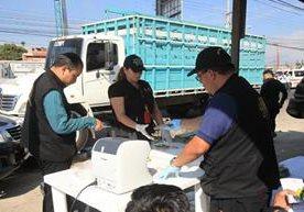 En el Km. 16.5 de la ruta a San José Pinula autoridades encuentran dinero en camión.