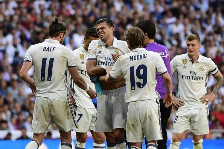 El defensa del Real Madrid sufrió una dura lesión durante el encuentro contra el Atlético de Madrid. (Foto Prensa Libre: AFP).