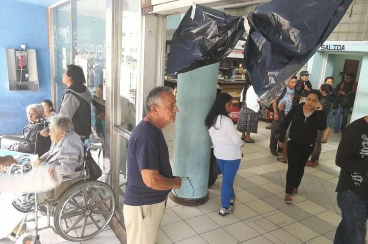 Moña negra recibe a pacientes en el Hospital Roosevelt. (Foto Prensa Libre: Esbin García)