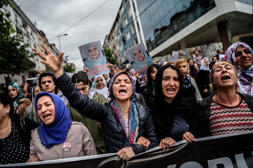 Mujeres árabes de Turquía durante una marcha en Estambul. (Foto Prensa Libre: AFP).